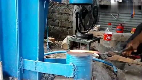 第一次见打铁还有这样机器,这可省了不少的人力,长见识了!