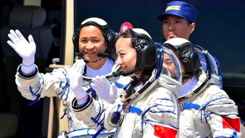 """中国""""宇航员""""每个月的工资是多少钱?网友:贫穷限制想象啊"""