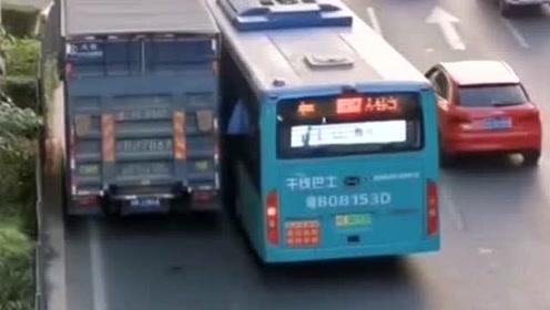 公交车抢道加塞,货车司机以命护道!