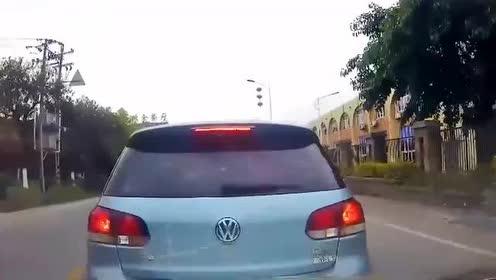 轿车任性变道惹怒大货,接下来的教训会让他记忆深刻!