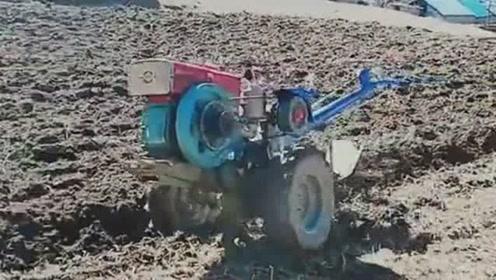 这样耕地,俩人都轻松,让机器自由的飞吧!