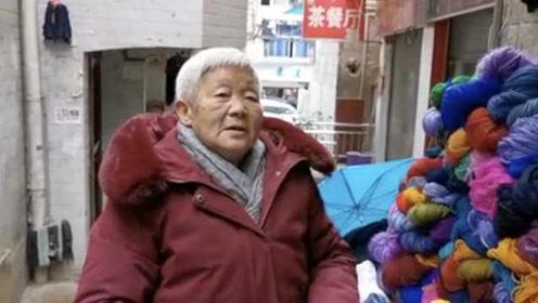 8旬奶奶小巷摆摊,瞒子女偷偷资助贫困生:人活着就得做点事