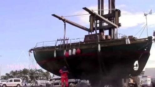 船常年没有清洗了,底部吸满了贝壳海藻,用高压水枪一冲干净多了