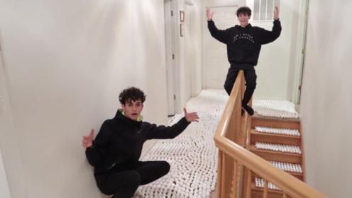 恶搞:熊孩子用鸡蛋铺满整个走廊,妈妈一开门,网友:要挨揍!