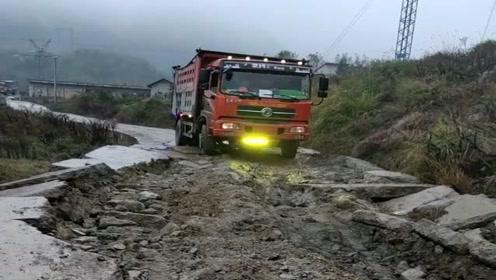 农村司机开大货车不容易,就算是遇到这种大坑也要过,太危险了