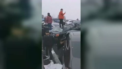 贵州习水马临大桥数十辆车连撞 现场乱成一锅粥
