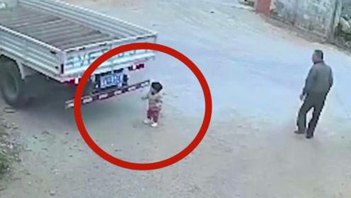 痛心!女童被撞卷入车底遭碾压,现场男子接连错失救人时机!