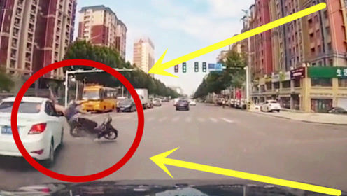 摩托车大叔拿命争时间,3秒后直接起飞,女司机无奈背锅!