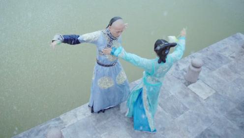皇上向小宫女表白,不料小宫女心有所属,还将皇上一把推到了湖里