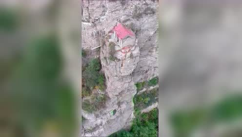 黄河边绝壁上拍到一小屋,四面无路,真不知道这些人怎么上去的?