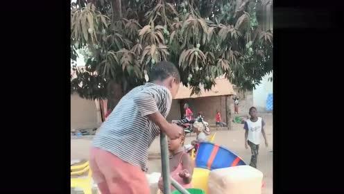非洲孩子这么小都开始帮忙干活了,穷人的孩子早当家!