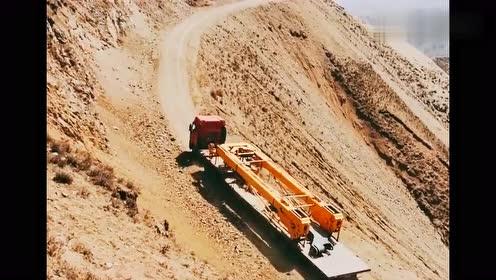 这吊车司机太厉害了,在悬崖上开车,这技术果然不一般!