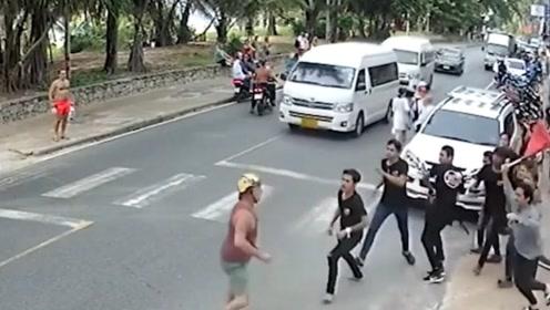 场面滑稽!美国游客在泰国与餐厅起冲突 被全餐厅人在街上追着打