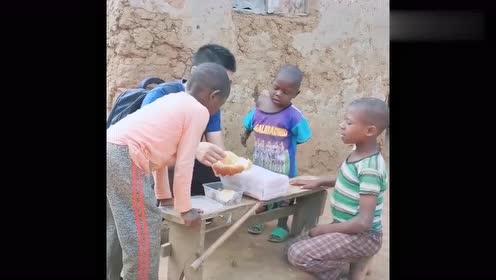 非洲孩子的生活,可能他们是第一次,能见到这么多好吃的!