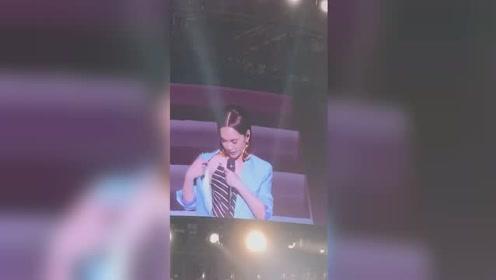 杨丞琳演唱会中途衣服吊带断了 笑着回应粉丝:有人会帮我扶