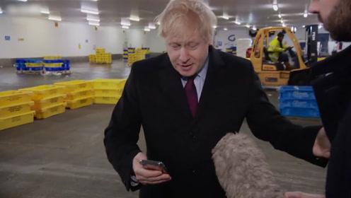 记者展示患病男孩睡在医院地板 英首相一把夺过手机揣进自己口袋