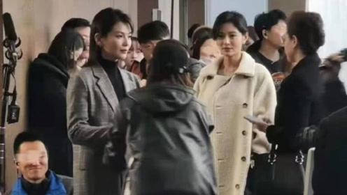 刘涛拍戏被偶遇妆容精致精英范儿足 戏外抱暖宝宝现反差