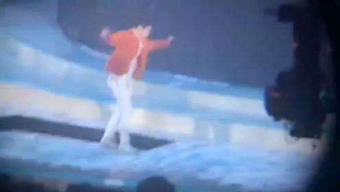 张艺兴表演时舞台发生故障,升降台不受控身体踉跄险些掉进缝隙