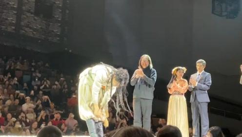 张杰首次出演话剧,脏辫造型台上翩翩起舞,深鞠躬谢幕超谦虚