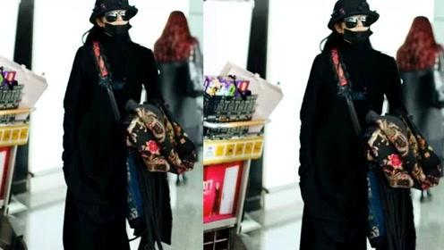 61岁杨丽萍近照曝光,一身黑色长袍优雅有魅力,穿印花服饰走民族风