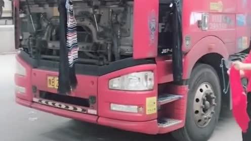 这是卡车女司机果果,整天外出跑车,吃住都在车上真辛苦!