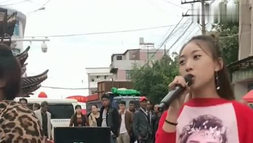 佤族黑妹和其他歌手合作,黑妹果然是老前辈,动作表情都太丰富了