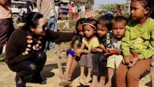 许晴现身尼泊尔看望当地小孩一脸宠溺,画面很是温馨有爱,母爱感爆棚