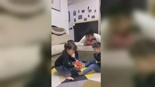 爸爸盯着草莓看,要女儿给他吃一口,小家伙一听端走了