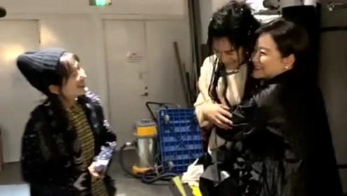 林青霞谢娜为张杰话剧捧场 三人后台聊天拥抱感情好