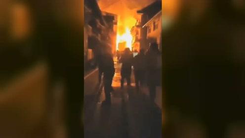 贵州锦屏隆里古镇突发大火,一民宅被烧毁,小孩撕心裂肺大哭