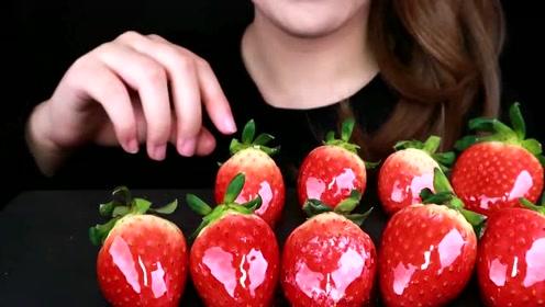 小姐姐吃的冰糖草莓太漂亮了,草莓娇艳欲滴,冰糖壳晶莹剔透