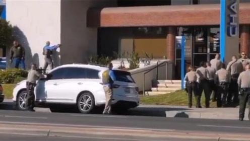 劫匪持枪冲进银行抢劫 斜对面的警察局秒出警