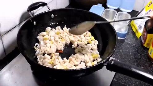 黄大姐花了两元买了两斤藕,炒了一大盘,咸鲜酸辣,脆爽可口