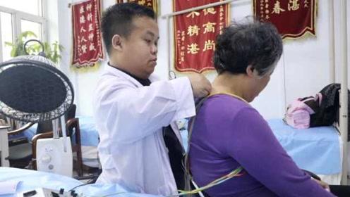 1米27袖珍男逆袭从医,擅针灸患者慕名而来