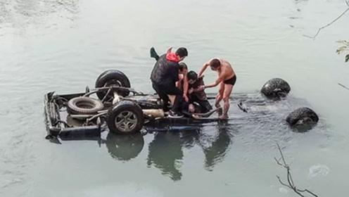 皮卡车不慎坠河司机被困 2男子迅速跳入河中救人