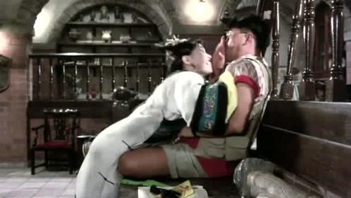 在男人急的四处找女尸时,殊不知女尸就在他身后,准备咬他脖子
