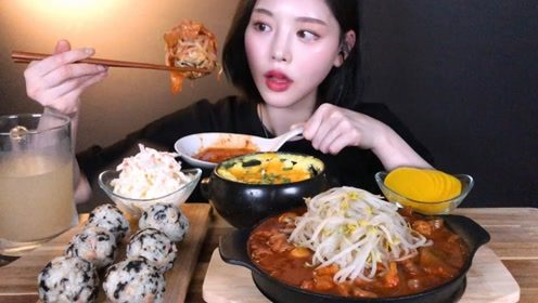 美女吃播吃麻辣鸡爪汤,饭团搭配鸡爪汤和豆芽,吃的太过瘾了!