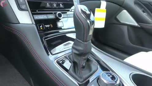 英菲尼迪Q50的仪表盘的蓝光设计更加科技感十足