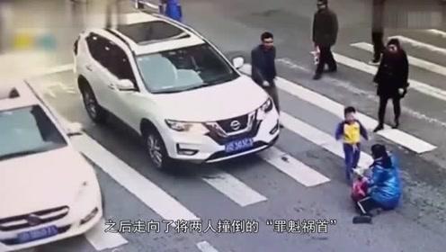 """重庆大渡口!母子斑马线上被车撞倒,小男孩气愤""""踹车""""保护妈妈"""
