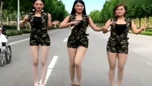 3位美女练习唢呐,一首老歌《路边的野花不要采》,这一幕也太养眼了!