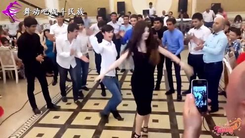"""真正的""""金枝玉叶""""!一大家族唯一的女儿,跳起舞来哥哥们都围着转"""