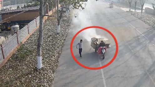 见着火三轮车从消防队驶过,消防员追上拦停开进队里灭火