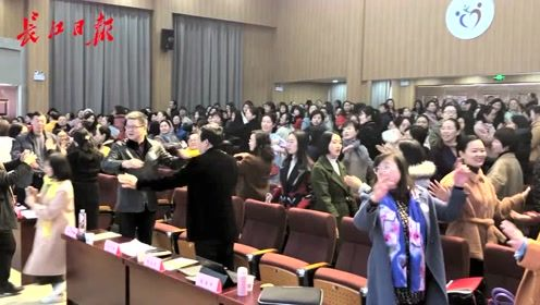 """""""你笑起来真好看!""""这个区三百多位老师一起跳舞,释放压力"""