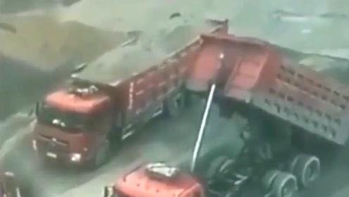 大货车在卸车,突然液压器发生爆炸,监控拍下这画面