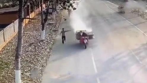 """大爷开""""火车""""驶过消防队 消防员奔跑拦截帮灭火"""