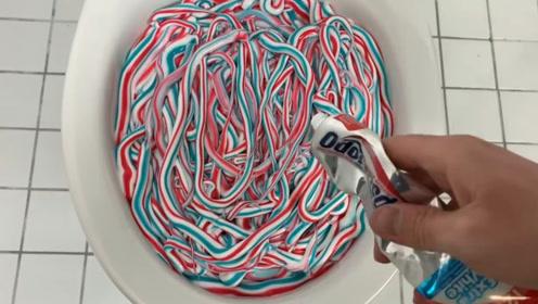 在马桶内挤满牙膏,按下冲水开关会发生什么?场面简直难以想象!