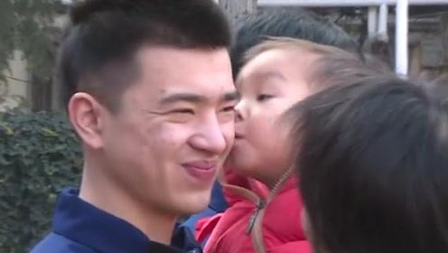 男童坠井被救,消防员排队等待孩子亲吻