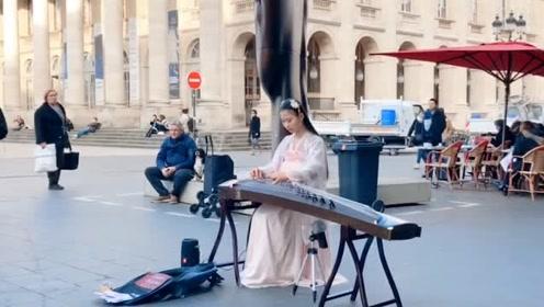 美女国外街头演奏神曲,引大批老外围观