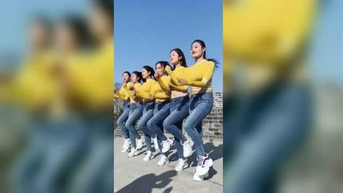 六朵金花同款穿搭跳广场舞,这步伐是商量好的吗?
