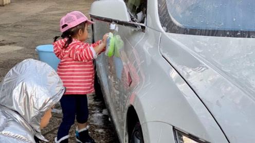 霍启刚罕见晒儿女,兄妹俩帮爸爸洗车赚奖励,豪门教育太接地气
